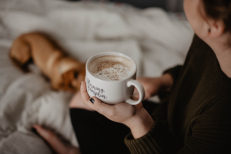 frau mit kaffee in der hand