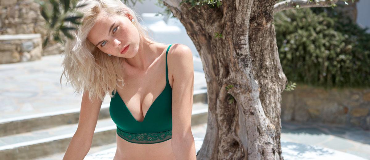 model in grünen dessous von skiny