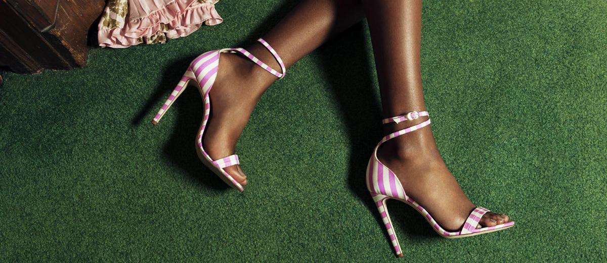 füße mit high heel sandalen