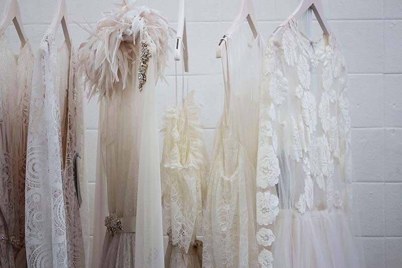 kleiderstange mit brautkleidern
