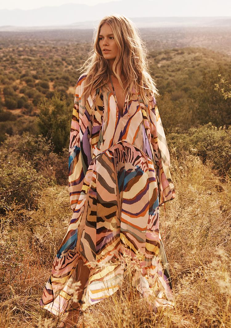 frau in einem Kleid von H&M