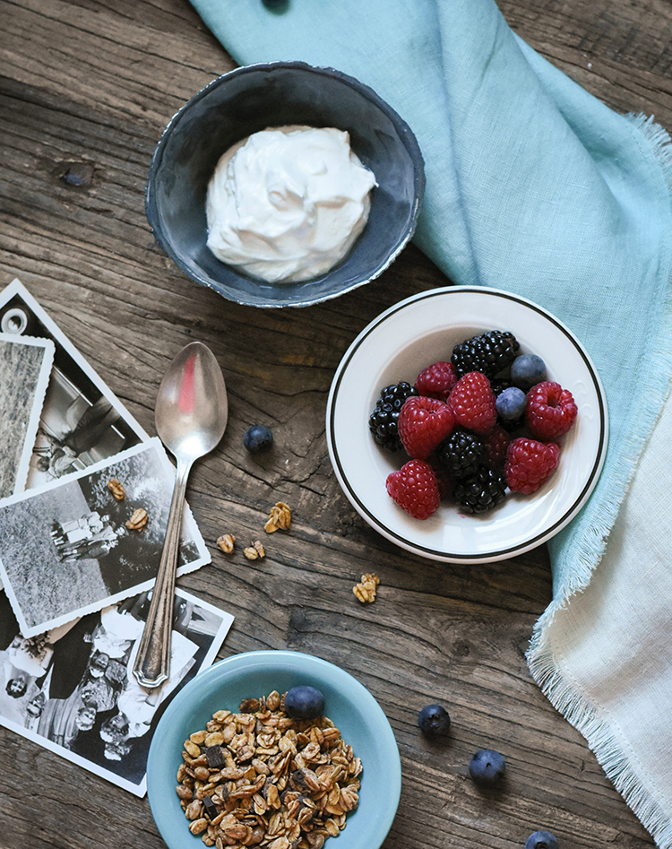 joghurt mit fruechten und nuessen